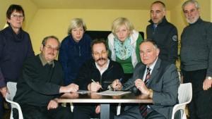Die gemeinsame Erklärung wird unterzeichnet: Eberhard Kentrup, Knut-H. Cremer, Dr. Hans Volkmann (sitzend von links), Irmhild Fehlandt, Kerstin Böttcher, Susann Never, Udo Farchmin, Claus-Dirk Petersen (stehend von links).